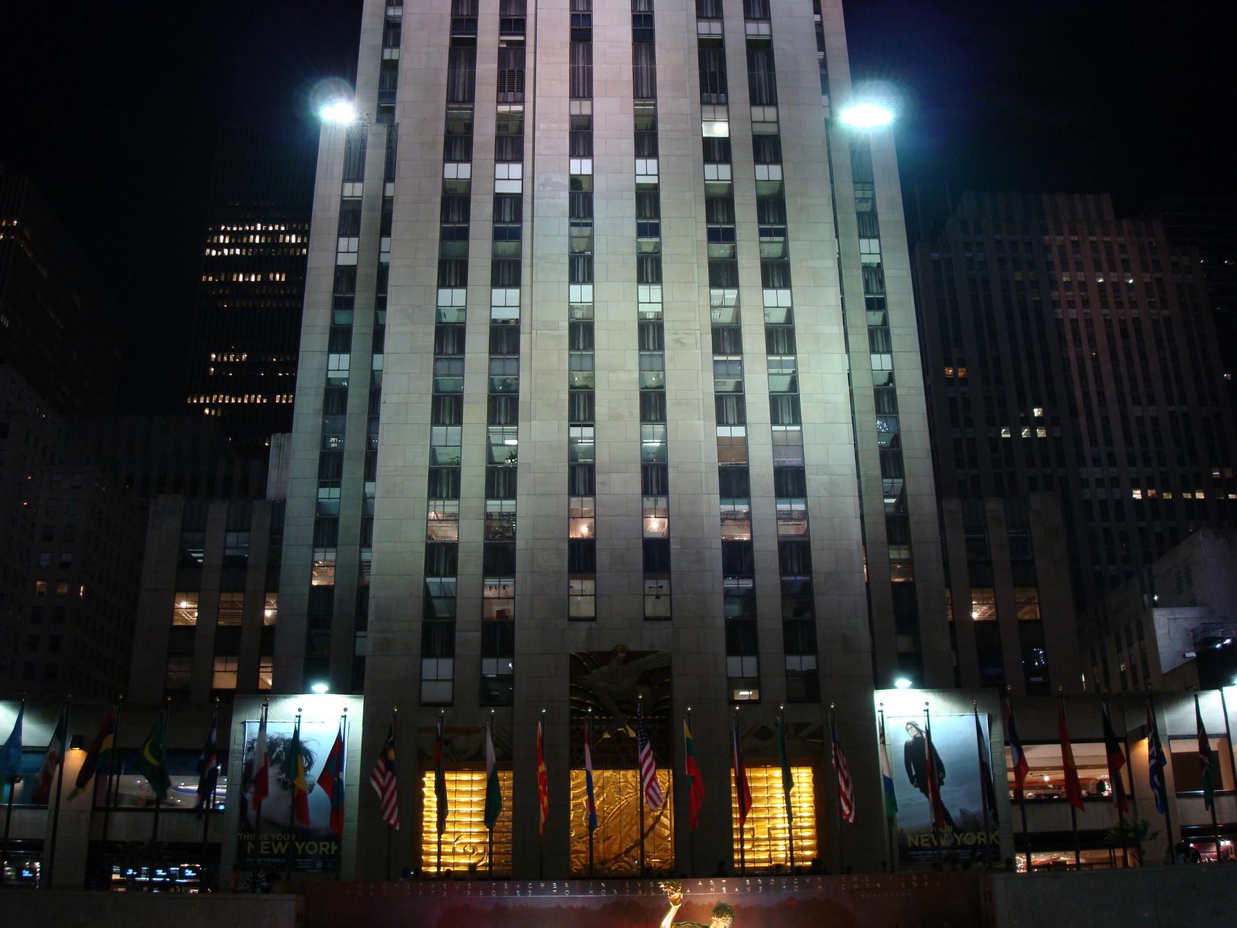 New York City, Manhattan_RockefellerCenterBuilding_CloseShot_AmazingLights