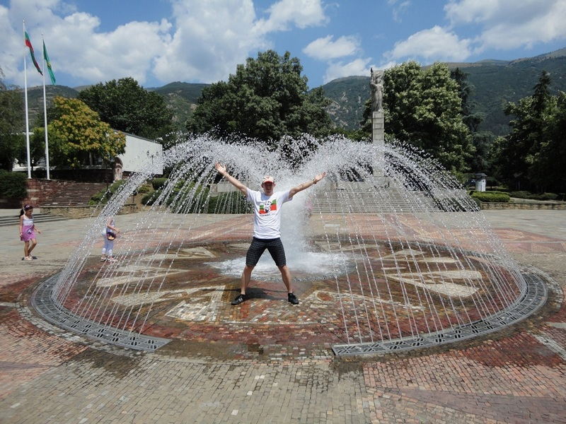 karlovo-bulgaria-rose-fountain-svet-middle