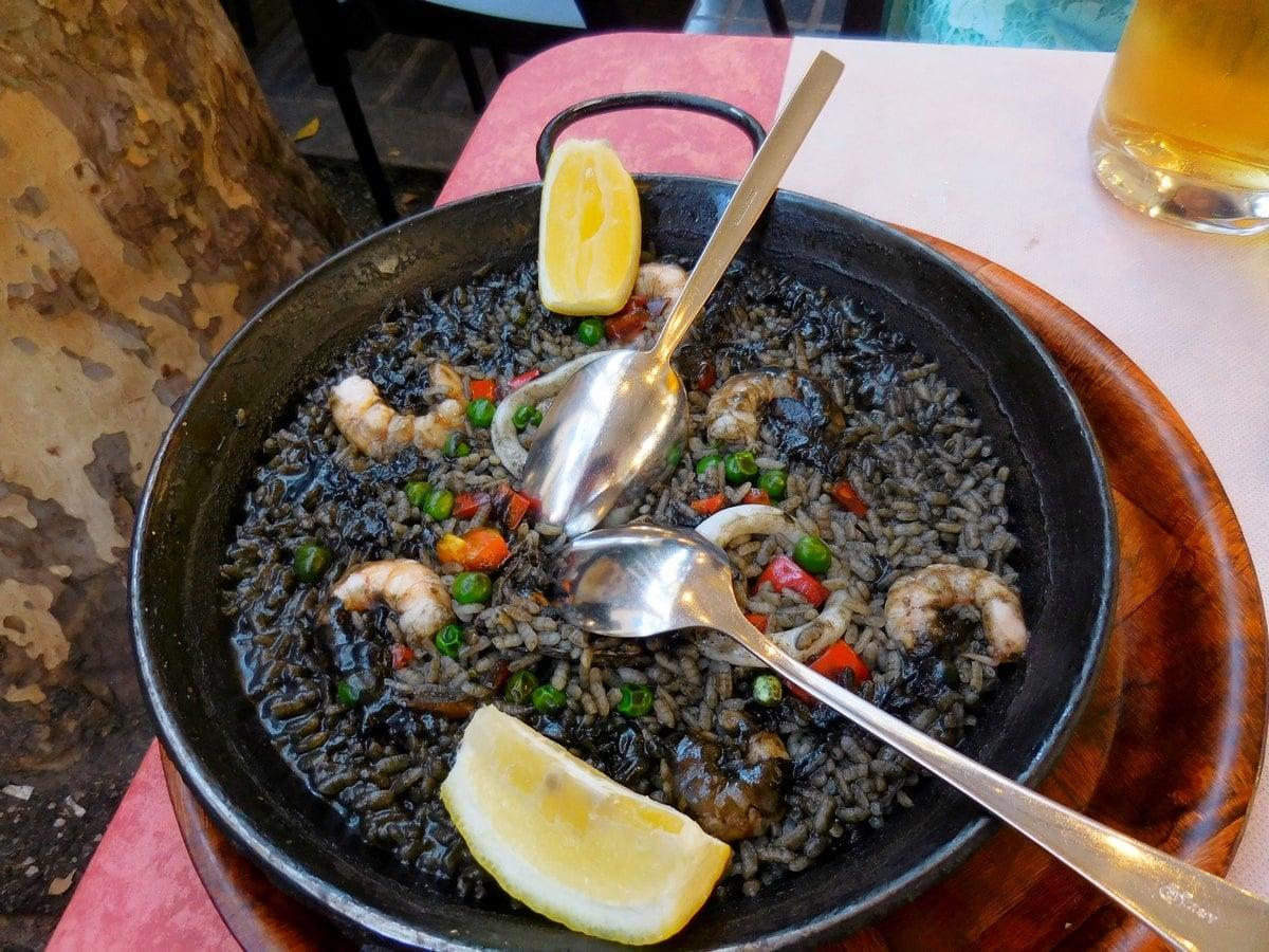 Paella, arròs negre, black rice, typical barcelona food