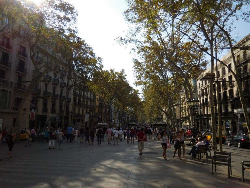 barcelona-spain-la-rambla-notorious-street