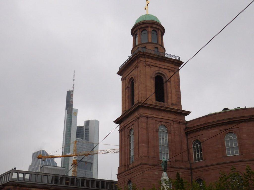 frankfurt-hesse-germany-roemerplatz-oldvsnew-commerzbank-panorama