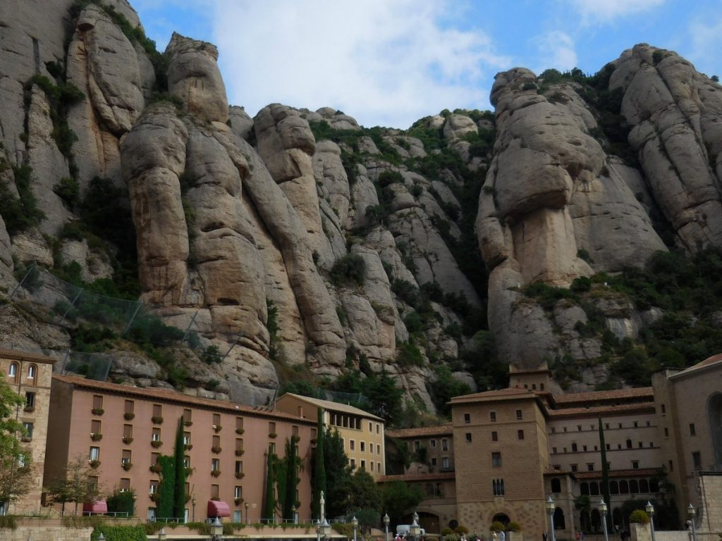 photos-of-barcelona-montserrat-staggering-cliffs-monastery