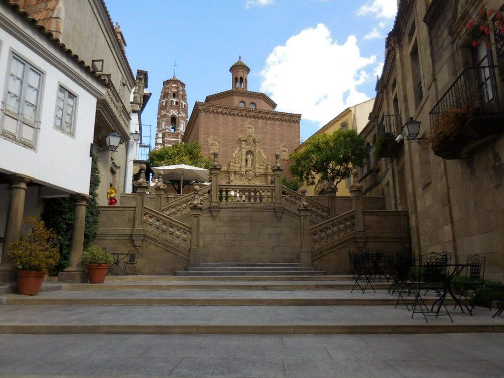 photos-of-barcelona-spain-poble-espanyol-sauntering